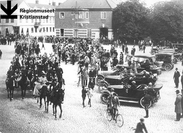 Wendes artilleriregementes musikkår i spetsen för högvakten på Stora Torg, Kristianstad, 6 september 1924.