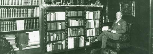 Rolf de Maré i sitt bibliotek.