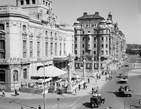 Nybroplan med Dramaten och Strandvägen 1–5 på 1940-talet. Foto: Lennart af Petersens, Stockholms stadsmuseum. Licensierad under Public Domain.